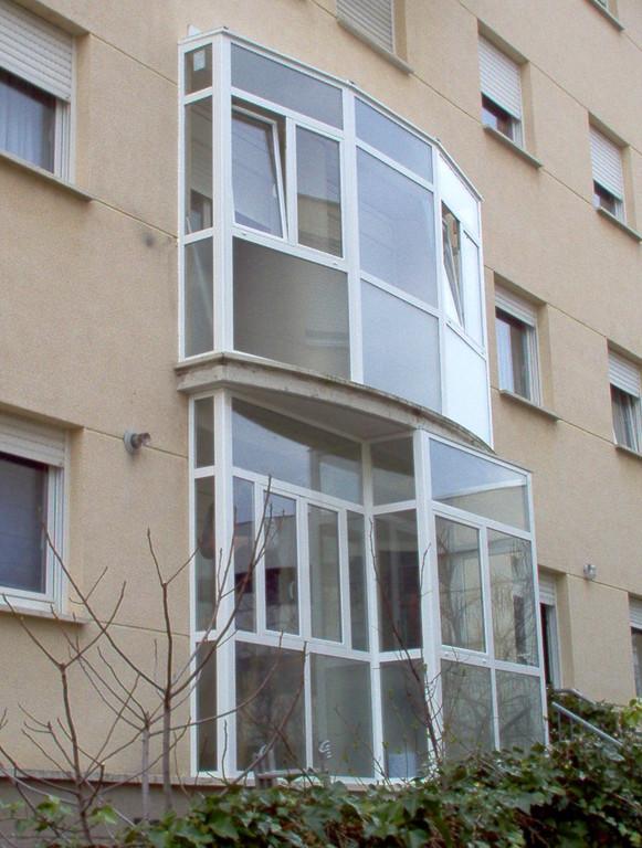 Cerramientos de terraza con formas en aluminio blanco
