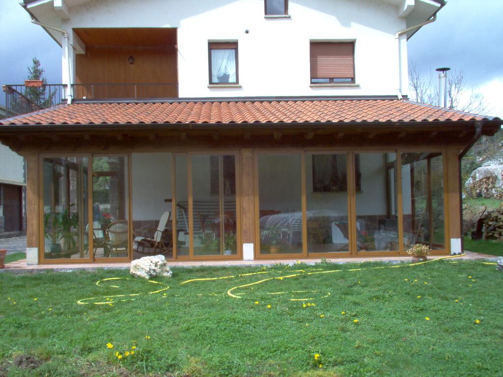 Porches de aluminio y madera aluminios no in gar s for Terrazas cerradas con madera