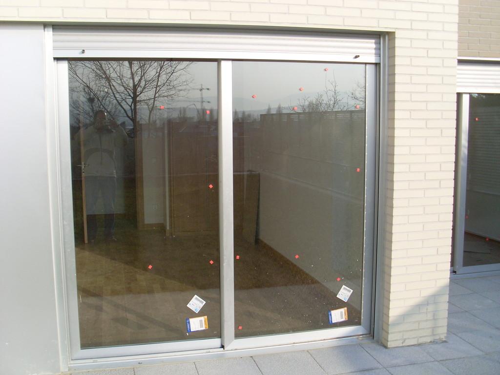 Puerta corredera con persiana de aluminio