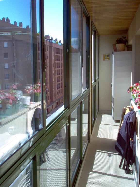 Cerramiento de terraza en aluminio con ventanas correderas
