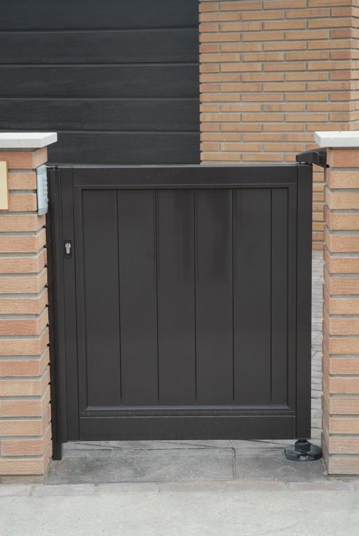 Puerta de entrada abatible en aluminio lacado grafito