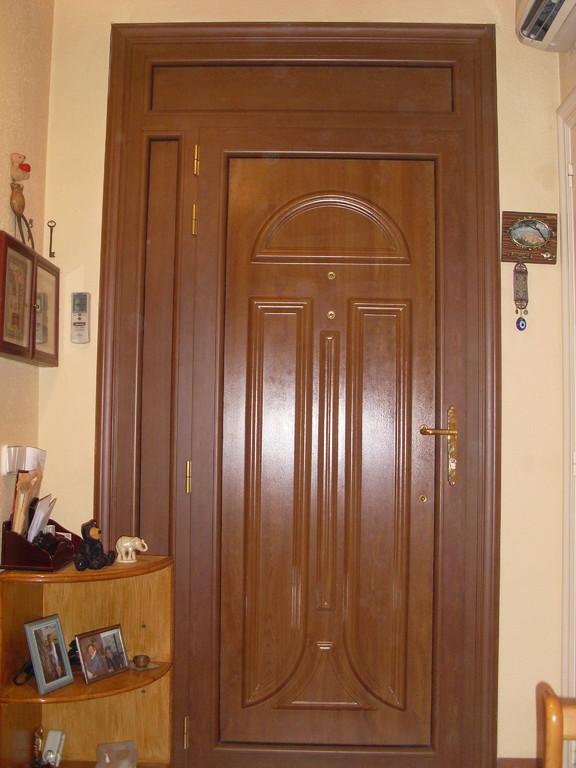 Puerta de entrada en color embero