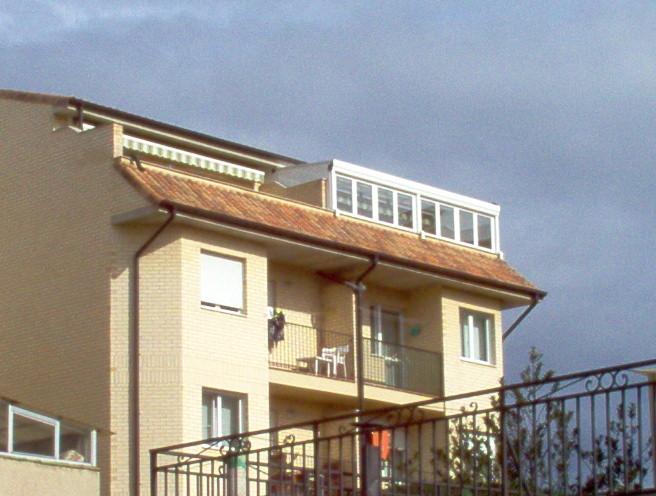 Vistas de cerramiento de terraza con techo móvil en Huarte, Navarra