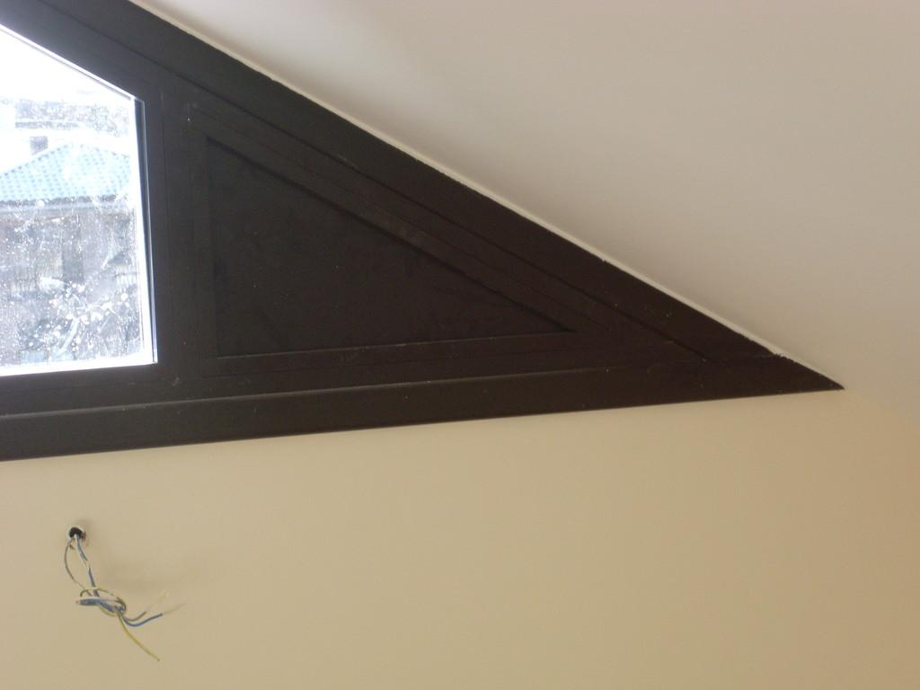 Detalle de esquina de ventana de aluminio