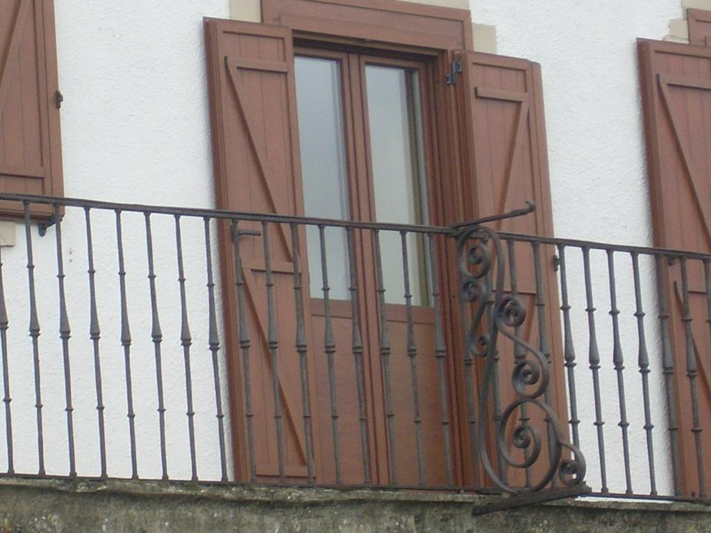 Puerta contraventana rústica de aluminio