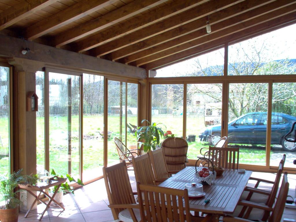 Porche exterior de madera y aluminio imitación madera