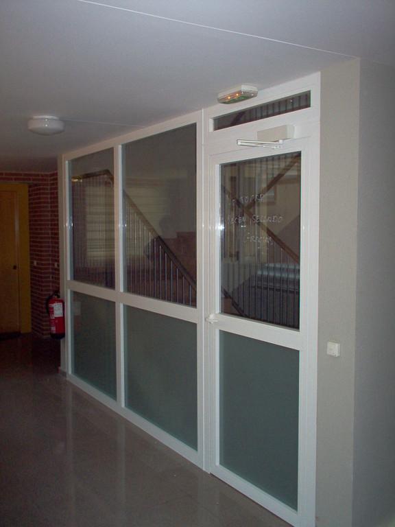 Puerta interior de portal en aluminio blanco
