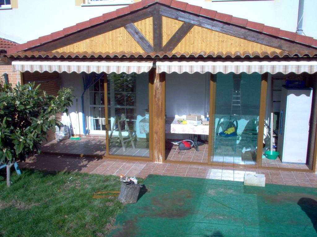 Porche de jardín con puertas correderas