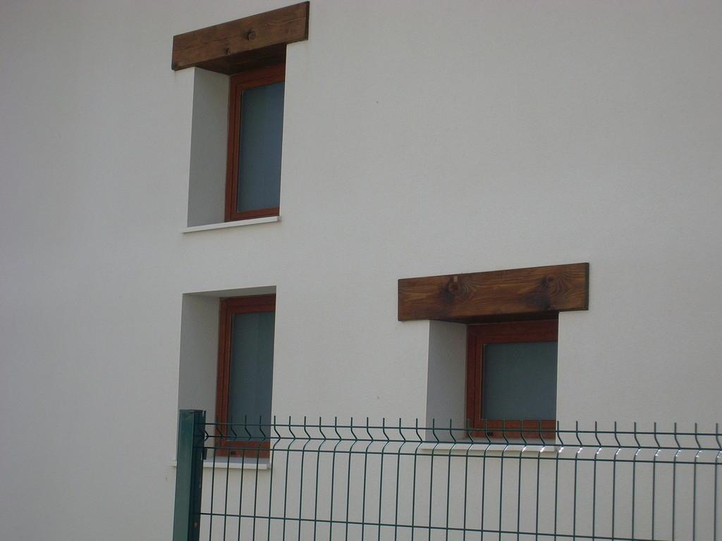 Vista exterior de ventanas de aluminio con rotura de puente térmico de 52 mm en color embero