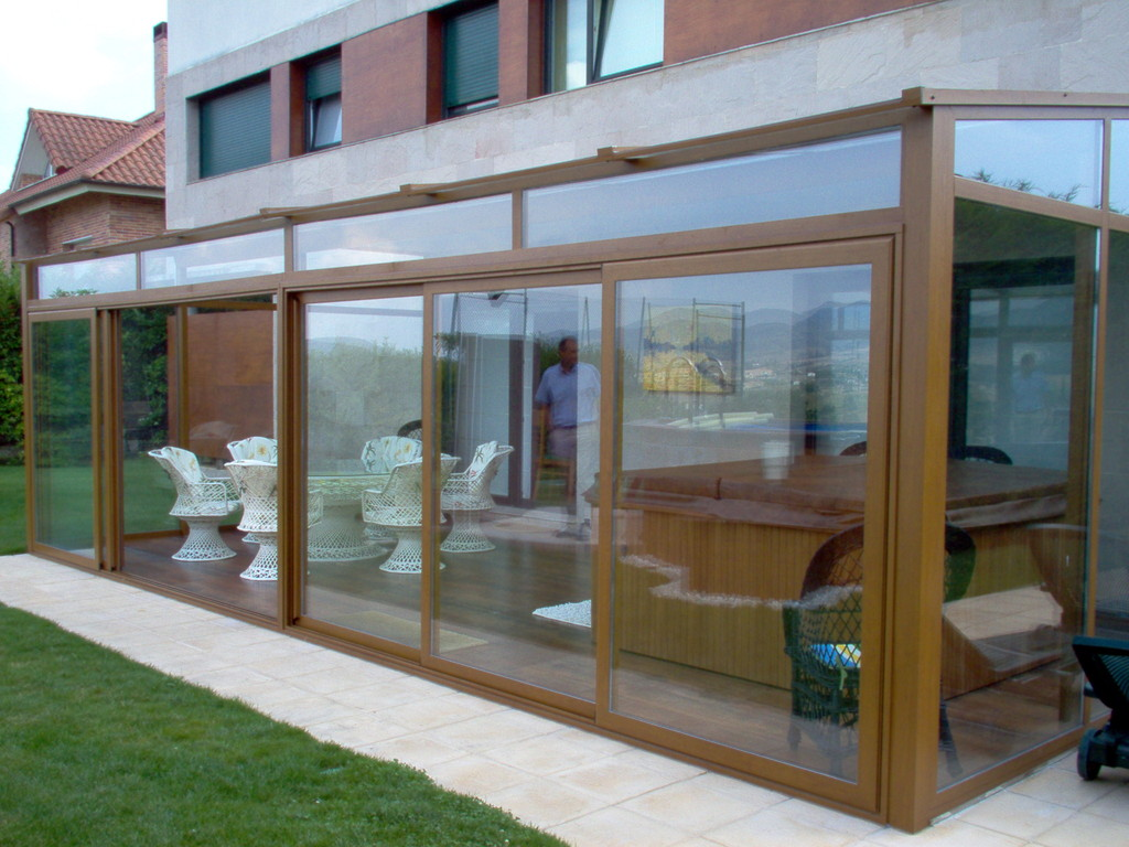 Techo de vidrio con aperturas correderas en color embero