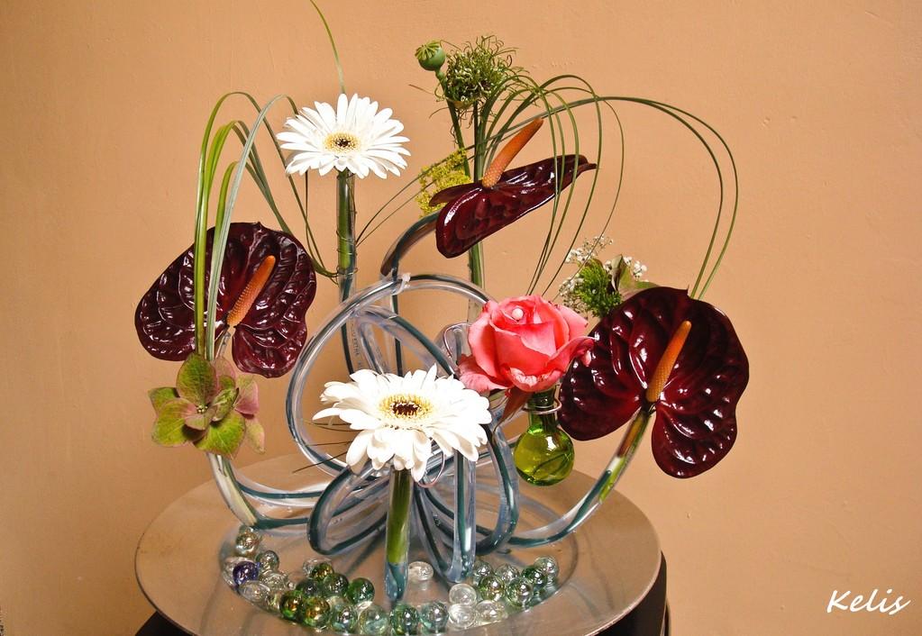 Composition florale avec un tuyau d'eau