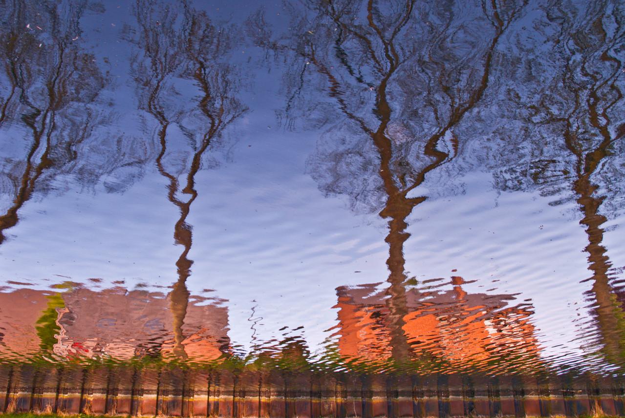 La Cantine des Italien.Reflets sur l'eau et art abstrait