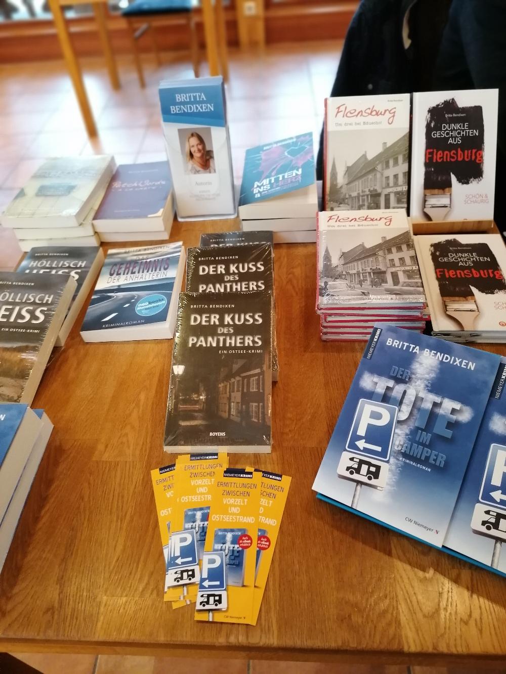 Mein Büchertisch mit den Camper-Lesezeichen, die es zu jedem gekauften Buch gratis dazu gibt.