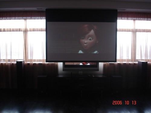 Домашний кинотеатр, в квартире, решение с моторизированным видео-экраном, убирающимся в потолок (фото 2)
