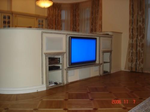 Домашний кинотеатр, в квартире, спроектированный конструктив для плазменной панели и акустики Sonance Cinema series (фото 2)