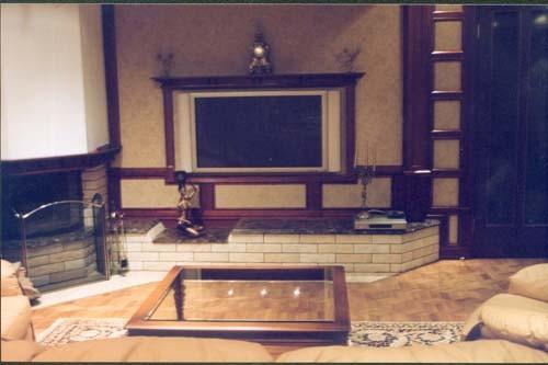 Домашний кинотеатр, загородный дом, спроектированный конструктив для фронтальной, встраиваемой акустики, которая скрыта тканевыми панелями вокруг телевизора