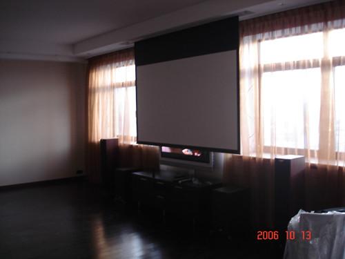 Домашний кинотеатр в квартире, решение с моторизированным видео-экраном, убирающимся в потолок (фото 1)
