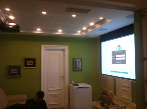 Компактное решение с выдвижным видеоэкраном и встроенной в потолки, акустикой и сабвуферами