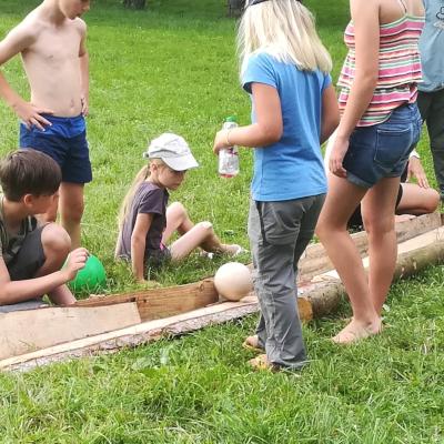 Kindergeburtstag in der Natur: Kugelbahn