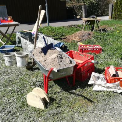 Materialien für den Bau des Lehmofens vorbereitet