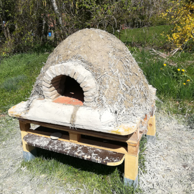 Lehmofen frisch gebaut und unverputzt, 95% aus Recyclingmaterialien