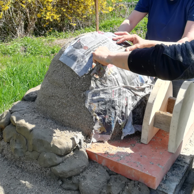 Lehmofen-Backofen-selber-bauen_Anleitung_Form-erstellen_Moosgruene-Natur_Camilla-Harfmann