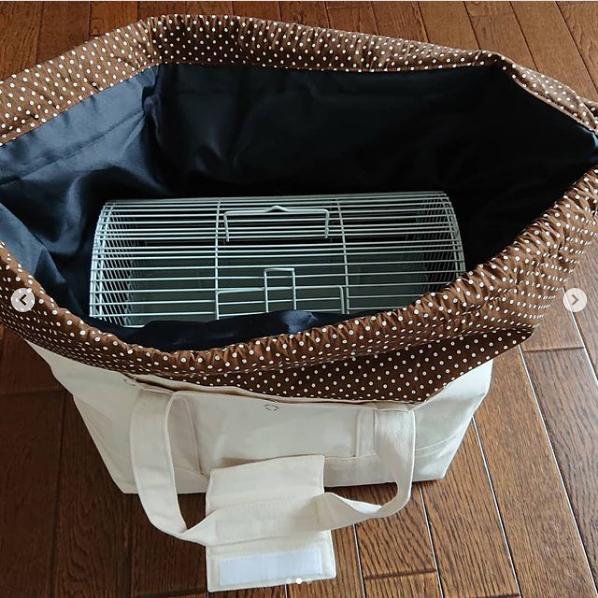 水玉の巾着は取り外し可能で、内側は遮光の黒いポリエステル生地