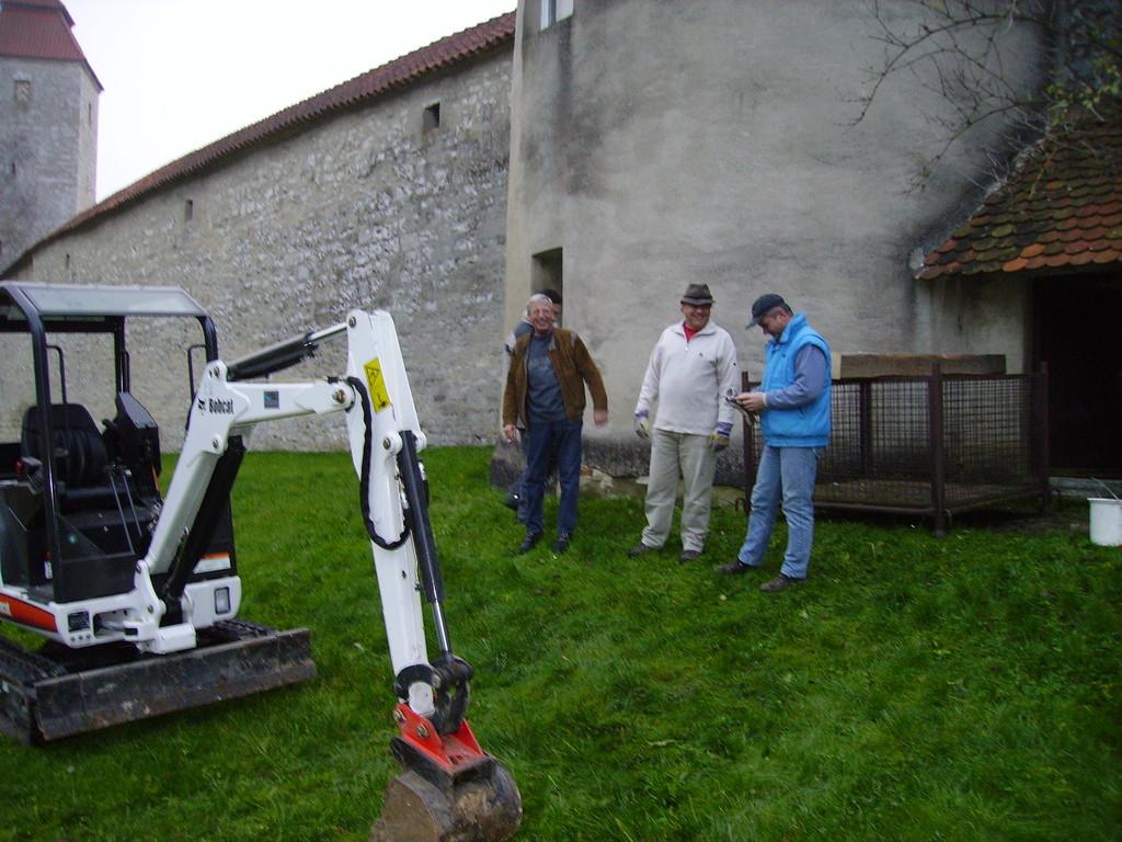 Beginn der Sanierungsarbeiten durch die Altstadtfreunde (Freilegung des Fundaments) Nove,ber 2005