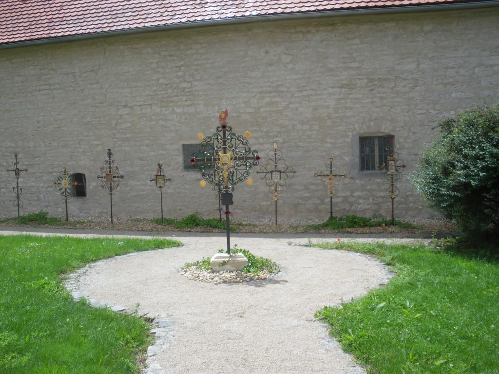 Renovierte Grabkreuze am neuen Platz