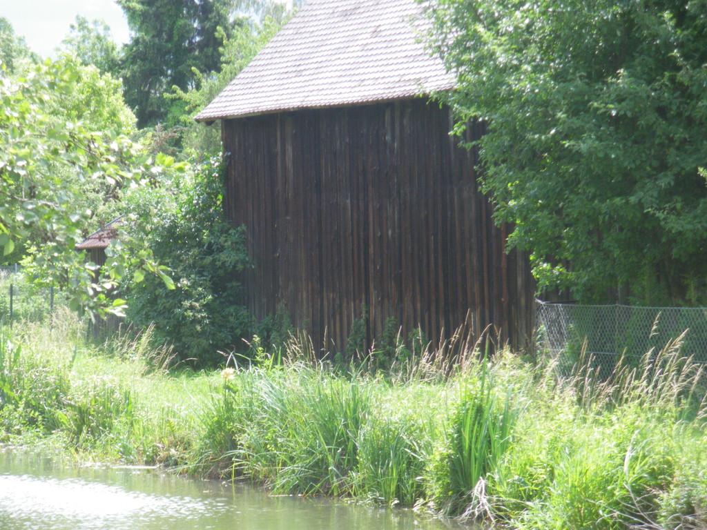 Entfernung der Werbetafeln am Anwesen Jorden am Kanal