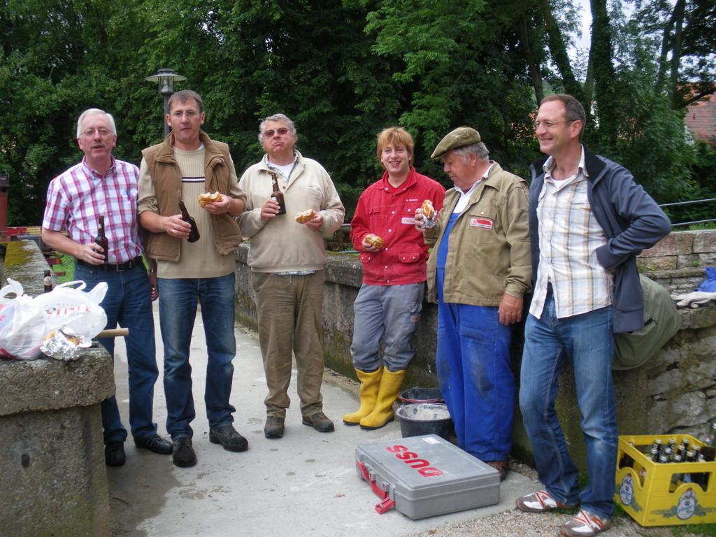 Brotzeit bei den fleißigen Helfern (2009)