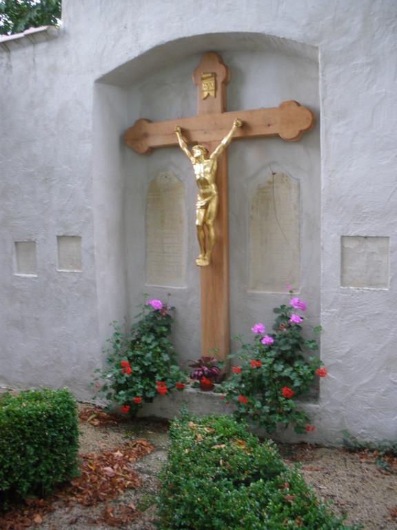 Renovierung des Kreuzes der Franziskaner Grabstätte im Caritas Altenheim (2009)
