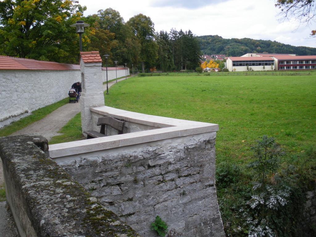 Sulzmauer mit nicht passender Steinabdeckung (2009)