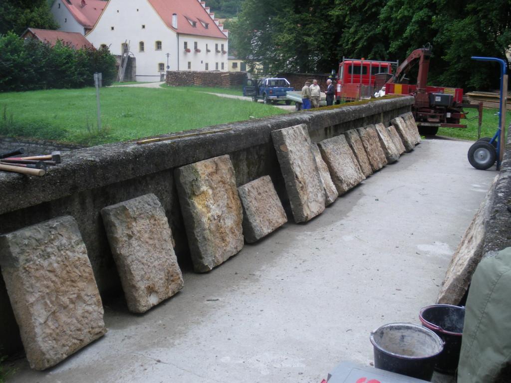 Passende Abdeckplatten vor der Verlegung (2009)
