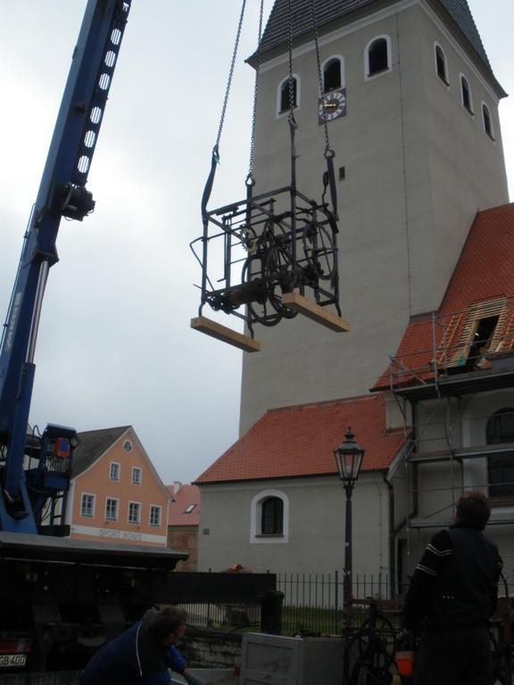 Die Uhrwerke schweben Richtung Turm der Lorenzkiche.