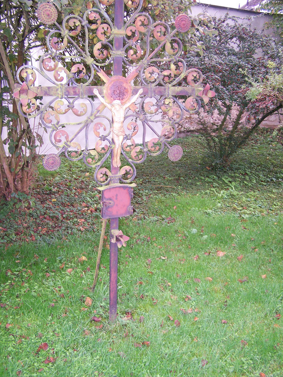 Beschädigte Grabkreuze im Garten der Lorenzkirche (alter Friedhof)