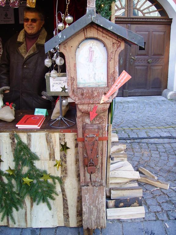 Rote Bildsäule am Weihnachtsmarkt