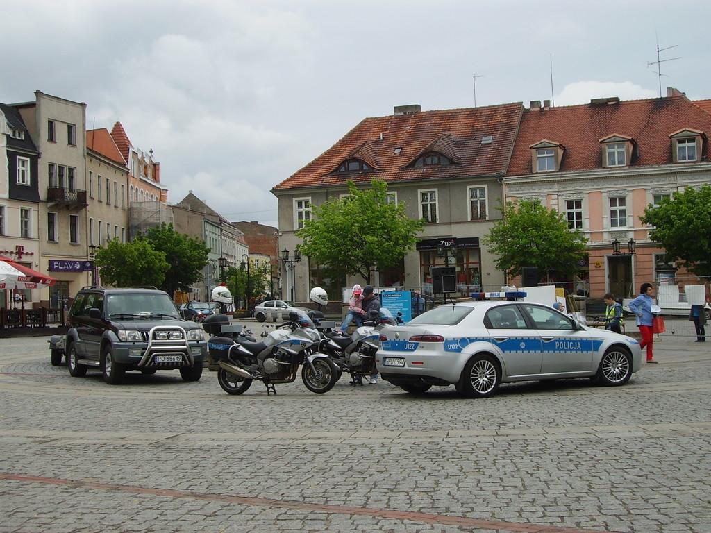 Marktplatz Gniezno, unsere Eskortenfahrzeuge