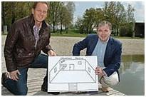 Raimund Klein und Franz Krah auf dem Steg des Pockinger Badesees