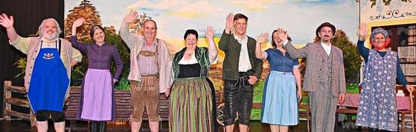 """Extra für das """"Mitternachts-Rendezvous"""" fesch herausgeputzt, bekommt sogar die """"liebesblinde Haferl-Magd Liesl"""" (Daniela Günzel/4.v.l.) noch einen sehnlichst gewünschten """"Hochzeits-Deckl"""" mit Knecht Vinzenz (Franz Lauber/l. daneben). Beim vielbeklatschten"""