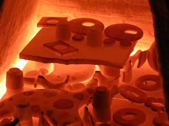 Rot glühend sieht man die Werkstücke im Ofen