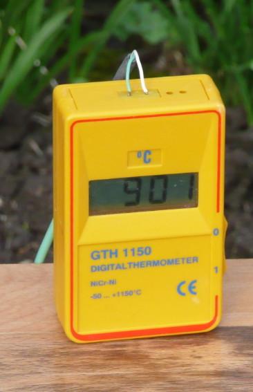 Das Thermometer sagt: 901° C - gleich kann der Ofen ausgeräumt werden!