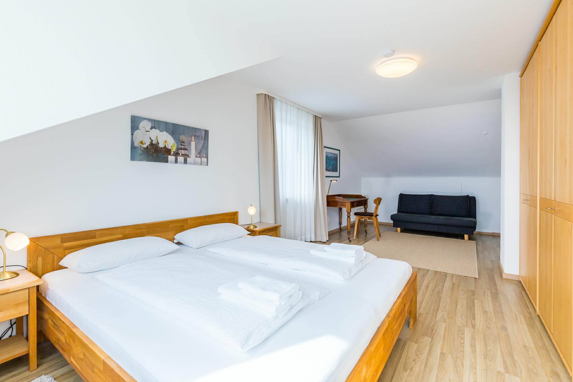 großes Schlafzimmer mit zusätzlicher Schlafcouch