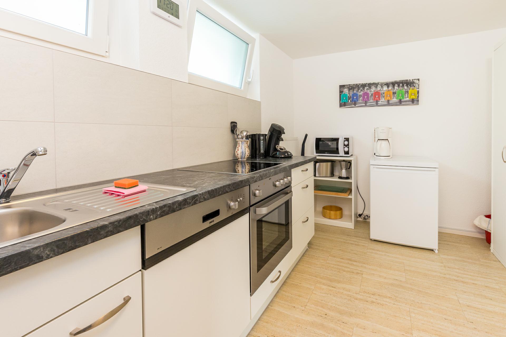 separate Küche mit Waschmaschine