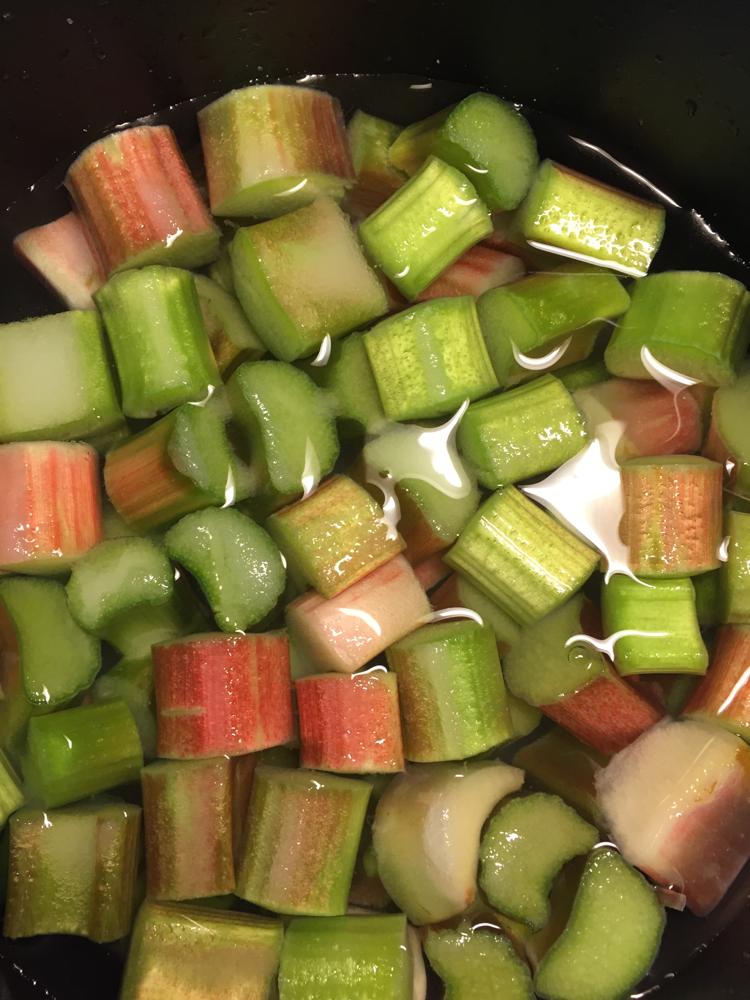 緑のルバーブを煮ましょう!
