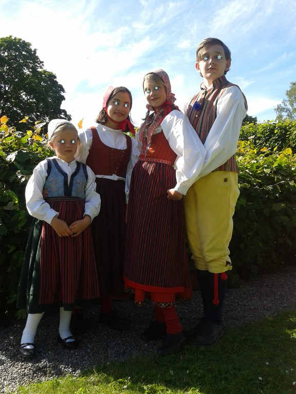 かわいい民族衣装の子供達
