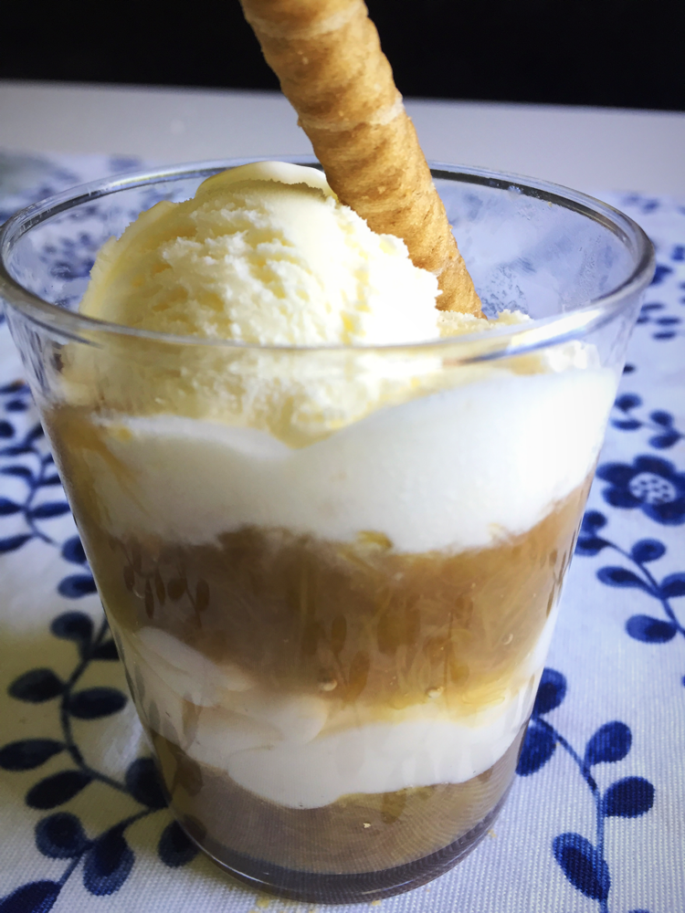ルバーブとカスタードクリームのデザートバニラアイスを添えて
