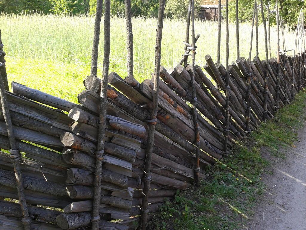 古典的な塀 今もこの塀がある家を見ることができます