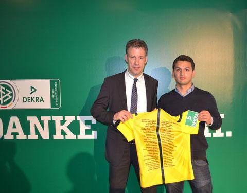 links: FIFA-Schiedsrichter Wolfgang Stark mit unserem Schiedsrichter Dajinder Pabla