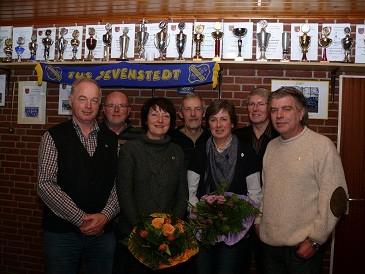 von links: Carsten Schlüter ( Tennis und Volleyball ), Bernd Paulsen ( Volleyball ), Mechthild Petersen ( Tennis ), Klaus-Eggert Rohwer ( Volleyball ), Maike Schlüter ( Tennis ), Bernhard Theesfeld ( Prellball ) und Fredi Bednarski ( Fussball )